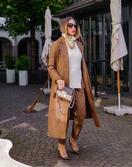 All-in-One!  The cold weather coord version comes in luxe leather 🤎 @nu_denmark   Werbung  Doppelt hält ja bekanntlich besser und mit diesem Wildleder Coordinate @nu_denmark ist ein starker Auftritt garantiert 🤎 Das Schöne daran: auch die Einzelteile lassen sich toll mit anderen Kleidungsstücken kombinieren 🙌🏻  . . . . #camelcolor #leatherpants #brown #leathertrousers #lederhose #ledermantel #allbrown #monochrome  #leatherblazer #shadesofbrown #fallstyle #leathercoat #leathertrench #trenchcoat #trench  #herbstlook #pullunder #pullunderstyle