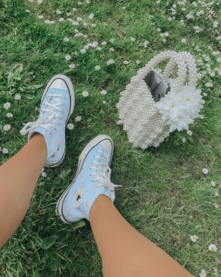 Blue shoes ! Loving my converse 🦋