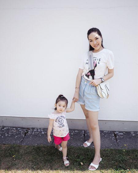 媽媽上身的米妮T恤 原本是買來當家居服穿的🙈 剛好寶寶那天穿米妮套裝 媽媽便決定跟寶寶一起穿米妮 她超級無敵興奮的😂 拉著媽媽的手走到爸爸爺爺嫲嫲面前 不斷指著衣服說Look! Same, Minnie! ( 看!一樣的,米妮!) 重複又重複的說 問她跟媽媽穿一樣的米妮高興嗎 她說Yes🥰🙈❤️ ㅤㅤㅤㅤㅤ 更多米奇米妮成人小童上衣👇🏻  http://liketk.it/2V3O9  ㅤㅤㅤㅤㅤ 歡迎在@liketoknowit app follow我的衣著穿搭 第一時收到通知即時選購以免產品售罄喔😘 ㅤㅤㅤㅤㅤ  #liketkit @liketoknow.it #motherdaughterootd #tshirt #minnietshirt #zaraclothing #diorsaddlebag #diorbagstrap #hmkid #hm #disneytshirt