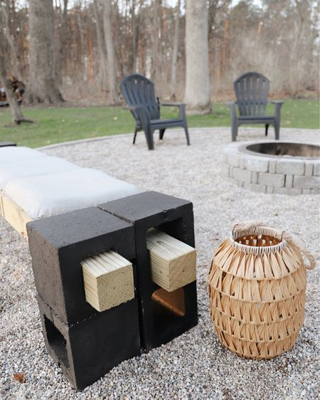 Find all the details on this DIY outdoor bench made with cinder blocks at www.thehappyhomeproject.com ! 💛 http://liketk.it/3cVuu #liketkit @liketoknow.it #LTKhome #LTKfamily #LTKunder50 @liketoknow.it.home Follow me on the LIKEtoKNOW.it shopping app to get the product details for this look and others