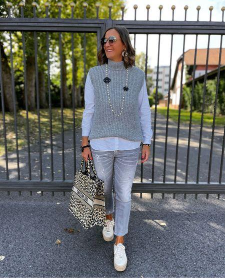 Werbung 🐭 Grey 🐭  Grauer Pullunder zur grauen Jeans  mit Plateausneaker in Beige und meiner Leotasche . Dazu trage ich den Statementschmuck von @yulaffairs .   Euch einen schönen Freitag 🐭  #LTKeurope #LTKunder50 #LTKstyletip